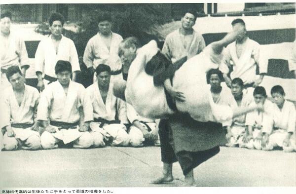 嘉納 治五郎 師範高等師範学校校庭で柔道を指導_菊正宗ネットショップブログ